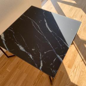 Sælger dette bord, da det alligevel ikke passede med mine andre møbler. Bordet har ikke været i brug endnu.   Bordet er tryk marmor.   Køber skal afhente bordet.  Mål:  80x80 Nypris 1200  Tager imod seriøse bud