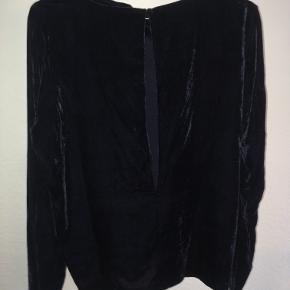 Smuk Envii trøje i velour-lignende stof. 75% viskose. Trøjen har et flot udskæring på ryggen. Str S