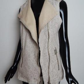 Liu Jo Vest it46/EU42-44, beige faux skind og blonde, med rustik lynlås MÅL: Bryst 104 cm, liv 94 cm, lgd 72 cm