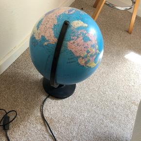 Jeg sælger denne globus med lys i da den bare står og fylder. Plastikken er gået lidt af for oven, men det er ikke noget der betyder noget. mp 30 kr Skal afhentes