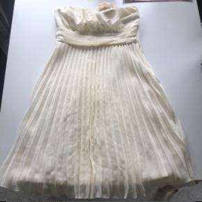 Råhvid super flot kjole med flotte detaljer  Str s Byd