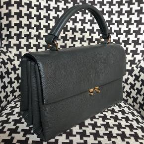 Jeg sælger denne smukke mørkegrå Marni taske. Købt i Milano og modtaget som gave, hvorfor jeg desværre ikke har kvittering. Aldrig brugt og har stadig tag på. Crossbody rem og dustbag medfølger. Jeg modtager også gerne bud.   Kan sendes eller afhentes i København