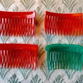 Fine. Indtage hårkamme sælges. 1.  2 stk røde vintage hårkamme, Andy made in Denmark, pris 75 kr i alt. pp 2. 1 stk rød vintage hårkamme, pris 35 kr. pp 3. 1 stk grøn vintage hårkamme med sløjfe, M.B. design , made in Denmark, pris 65 kr. pp. Søgeord: hårkamme kam hårkamme hårspænder spænder hår retro rød grøn red green