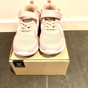 Super fine sneakers, som min datter desværre aldrig nåede at bruge, da hun voksede ud af dem inden. Derfor aldrig brugt.