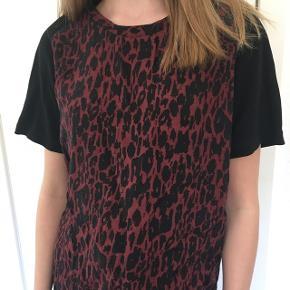 Sort / rød leopard top fra Ganni