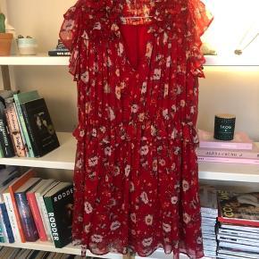 Super fin kjole fra Zara. Det er en L, jeg er selv en small og passer den fint.  Mp 200 pp og evt gebyr. Jeg bytter ikke