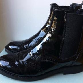 Fine ankelstøvler i læder med højglans-finish Sender ikke