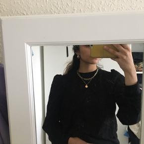 Sort sweatshirt med pufærmer