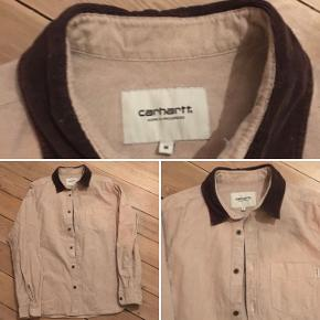 Carhartt skjorte i str. Medium. Med ruskindskrave.