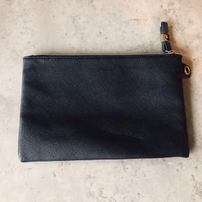 Victorias secret taske/ pung med flotte detaljer. Måler 24x16cm. Fejler ingenting.