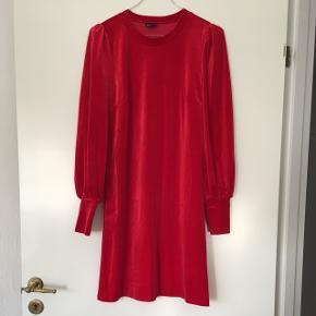 Rød velourkjole fra Gina Tricot i str s. Har haft kjolen på en gang og den er købt til 199,-. 90% polyester, 10% elastan.
