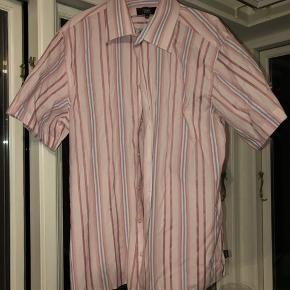 Lyserød/pink skjorte. Fejler ikke noget Tjek mine andre annoncer ud!🧡 Køber betaler fragt:)