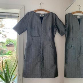 Flot kjole i et mønster med en glimtende sølv farve fra BZR Bruuns Bazaar. Der står ingen str. i kjolen, men har målt den til en str. S da kjolens længde er: 85cm. Kom gerne med et bud på prisen (: