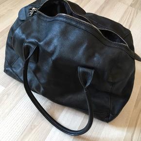 """Lædertaske fra Mango. Ikke brugt. Kasketten er for at se størrelsesforhold. Vil være fin som lille weekendtaske:-) har et stort rum. Måler cirka: 20x20x30 men er god rummelig og kan """"udvide sig"""""""