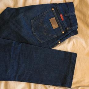 Flotte wrangler jeans. Jeg har selv syet dem op pænt, derfor sælges de billigt. Passer til højde 170 cm