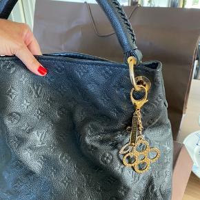 Overvejer at sælge min smukke Louis Vuitton taske, hvis det rette bud kommer...  Artsy MM-håndtaske lækker med sit raffinerede håndværk og funktionelle funktioner. Denne stille luksuriøse hobo er designet af smidigt monogram Empreinte præget læder, og har et håndlavet, kryds syet håndtag, der glider let over skulderen. Smukt detaljeret med skinnende gylden hardware (bemærk de indgraverede øje, D-ring og nøgleholder), det åbner for at afsløre et rummeligt, velorganiseret interiør. Detaljerede funktioner  41,0 x 32,0 x 22,0 cm  (længde x højde x bredde) L 41 x H 32 x B 22 cm / L 16,1 x H 12,6 x B   Svarer ikke på useriøse henvendelser...  Charms medfølger ikke...  Bytter ikke...