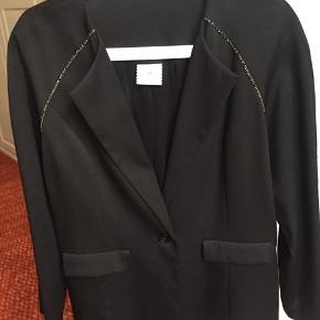 BYD for denne skønne jakke  Som kan bruges både til hverdag og fest .