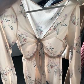Bluse fra Tina Marias kollektion med NA-KD. Smuk bluse til sommer! Sælger da jeg kun har brugt den 1 gang.  Se endelig mine andre annoncer😋