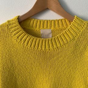 Fantastisk solgul striksweater. Jeg har været så glad for den, men strikker selv nu, så jeg får den simpelthen ikke brugt nok 🌞