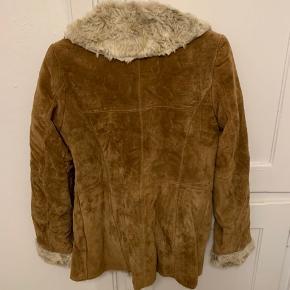 Jakke i ruskind/pels look - næsten aldrig brugt. Den ene knap sidder løs og skal sys (se billede).