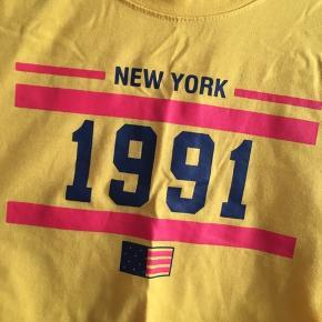 Fin senneps gul lidt cropped t-shirt.  Kun brugt 2-3 gange, så den er god som ny.  Køber betaler fragt med DAO.  Bytter ikke.  Giver rabat ved køb af flere ting.