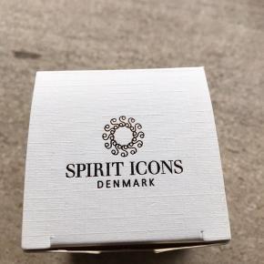 Belle øreringe fra Spirit Icons i 14 kt. blankpoleret guld.  Ørestikkerne har en diameter på 3 mm og har hver en lille brillantsleben diamant på samlet 0,02 ct.