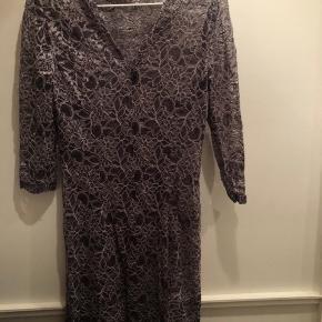 Ubrugt flot kjole fra Stasia. Sælges da den aldrig er blevet brugt.