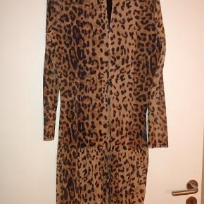 Fin leopard kort leopard kjole med flere. Der er gennemsigtige ærmer.