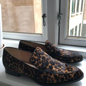 """Flade sko / ballerina / loafers i leopard mønster og med lidt """"behåret"""" tekstur 😅 med ægte læder.  Brugt et par gange, men har ikke voldsomt synligt slid. Inde i den venstre har siddet et klistermærke, som har taget lidt af farven af sålen indvendigt, da det blev taget af.   Oprindeligt købt for 559,-"""