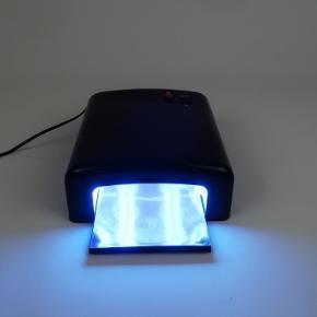 """Brand: Lux Nailz Varetype: uv lampe Størrelse: 36W Farve: sort Oprindelig købspris: 350 kr.  """"Beautiful nails is the key to happiness""""   NY UV negle lampe incl 4 nye pærer.   36 watt. Lampe stor nok til hele hånden.  Lampen har 120 sec.timer."""