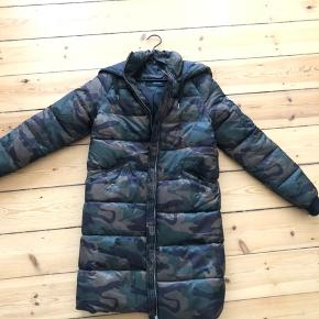 """Vero Moda camouflage dunfrakke / frakke  Det er en str. xs, men den er stor i størrelsen, så den passer bedst en small. Modellen kan fortsat købes i butik samt på deres hjemmeside.  Kun brugt 3 gange.  Sælges for 200 kr. FAST PRIS.  Jeg er selv en medium, og frakken er desværre lige det mindste til mig, så jeg bytter gerne til samme model i str. S/M. Anden bytte har desværre ingen interesse.  Jeg sender gerne på købers regning. Mulighed for """"køb nu""""-funktion via Trendsales."""