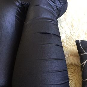 Varetype: Leggings stretch rynker 7/8 ankel coatede Farve: Sort  Coatede leggings med rynkeeffekt i siderne af benene. 3/4 lange. Lavtaljede.  Aldrig brugt. Mærker klippet af.  #30dayssellout  72,-  + fragt. Sender gerne med Dao, kr. 37,-  Bytter ikke. Kig forbi min profil og se mine andre annoncer.  Mængderabat ✨🌸
