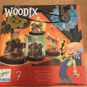 """djeco woodix, tålmodigshedsspil, """"hjernevrider"""" legetøj til de større børn. Forskellige figurer skal sammensættes ved hjælp af de medfølgende stykker træ. Der mangler en enkelt figur, ellers er det komplet og i fin stand. Løsninger medfølger. 45kr Kan hentes Kbh V eller sendes for 38kr DAO"""
