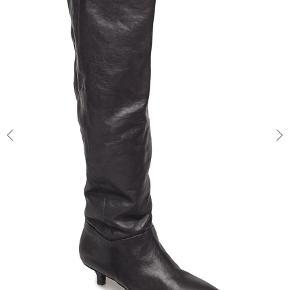 Varetype: Støvler Farve: Sort Oprindelig købspris: 1400 kr.  Flotte sorte læder støvler med lille hæl. De er brugt 3 gange.