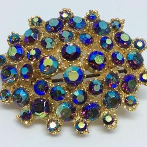 Smukkeste vintage broche fra 70'erne 💎💙   Alle sten er på - og sender gerne til dig 💌  Mål: 3,7 cm i diameter 🌸