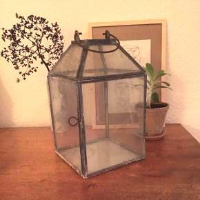 Glas lanterne med den rette patinering. 25 cm høj.