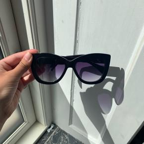Ganni solbriller  Enkelte ridser Etui haves ikke desværre  Køber betaler selv fragt, ellers kan varen afhentes på Frederiksberg C - tæt ved Forum st. og søerne.  Har over 200 ting til salg, så tjek mine andre annoncer ud😍 Der kommer ofte mængderabat!