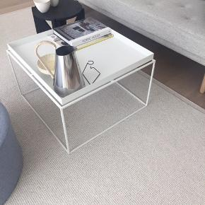 Nyt Hay Tray table 60x60x40 Stået i 3 mdr Fået i gave, men vi skal have et andet  Hvidt metal Afhentning Amager