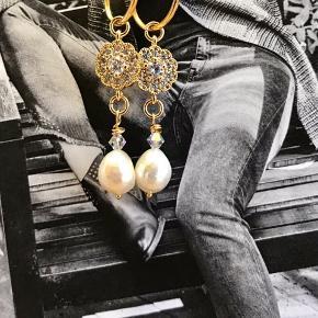✨✨✨super fine forgyldte sterlingsølv creoler✨✨✨ ✨forgyldt med 18 karat guld og måler 18 mm ✨forgyldt blomst med zirkoner ✨ægte swarovski perler og ægte ferskvands-       Perle af super kvalitet. ✨alle vedhæng kan tages af og Creolen kan        Bruges alene. ✨smukke sammen med smykker fra feks Maanesten, Stine A og Jane kønig
