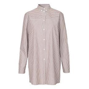 Varetype: Skjorte, skjortekjole Farve: Brun/hvid striber Oprindelig købspris: 1000 kr. Prisen angivet er inklusiv forsendelse.  HELT NY - stadig prismærke i.  Oversize skjorte i brun og hvid strib fra Mads Nørgaard. Den har skjortekrave, knapper ned fortil, to knapper ved ærmelukningen og plissé på ryggen.   Skjorten er også velegnet som ventetøj - den er ammevenlig og kan både bruges under og efter graviditeten.   Designet er klassisk med et twist. Og deres velkendte striber er en genganger i deres kollektioner.   Sælger kun fordi den ikke klæder mig - det var en gave, jeg ikke nåede at få byttet.