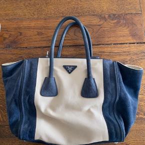 Sælger denne Prada taske med blåt ruskind. Flot stand. Købt i Paris i vintagebutik - kvittering haves ikke. Skulderstrop medfølger