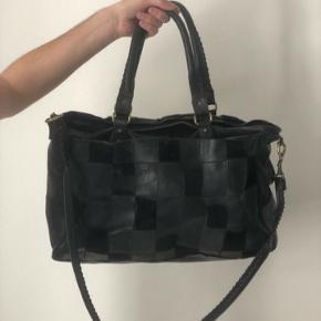 Den lange rem er gået i stykker men den kan sikkert laves ellers kan den bruges som håndtasken. Tasken er stor og rummelig og kan bruges som en weekendtaske eller skole/arbejds taske.  Nypris er 5000 den er slidt som ses på billede 2 derfor den billige pris