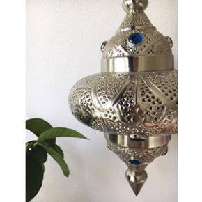 Smukkeste etnisk inspirerede lampe, med smukke blå sten. Aldrig været i brug :-)