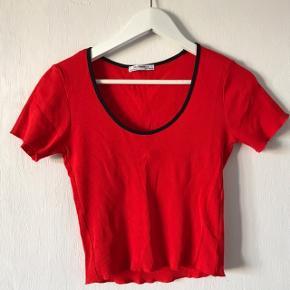 Toppen er fra Zara og er i en størrelse M.  Den har aldrig været brugt, kun prøvet på. Sælges for 30,-  Købes flere annoncer kan vi finde ud af mængderabat:))