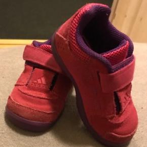 Adidas ruskindssko, brugt minimalt.  Hentes i øse eller medbringes til Varde/Esbjerg ved lejlighed