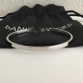 Brand: Daniel Sword Varetype: Armbånd Størrelse: One size Farve: Stål Brugt nænsomt 2 gange.