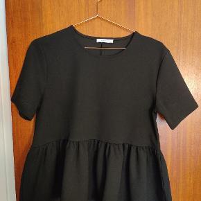 Super fin peplum bluse fra Zara. STR 38 selvom det ikke er det der står i nakken.   Køber betaler for fragt