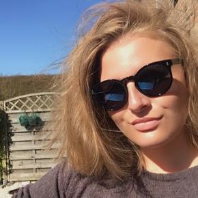 Valentino solbriller købt i 2018 Brugt få gange Sælges grundet jeg har brug for styrke i mine solbriller så jeg får dem ikke brugt:)  alt medfølger og kvitterings haves Stadigvæk  garanti på  Nypris: 1750 Mp: 1000 ellers så BYD gerne.