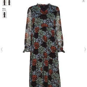 Smuk lang kjole med flotte glimmertråde. Brugt få gange