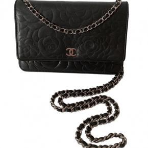 Chanel Woc taske i sort i camellia print fra 2012. Tasken er som ny, ingen brugstegn.  Dustbag følger med.  Prisen på denne ligger i dag på 17.000 kr. hos Chanel.